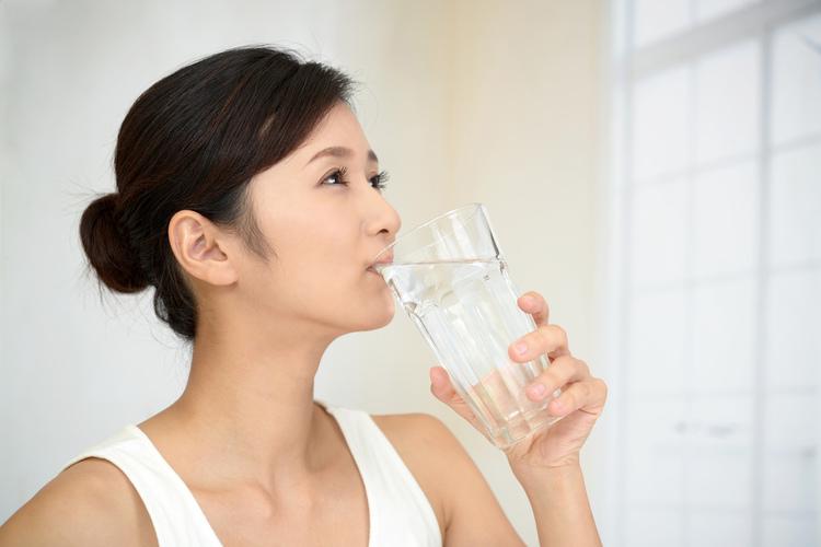 ดื่มน้ำให้เพียงพอ และสม่ำเสมอ